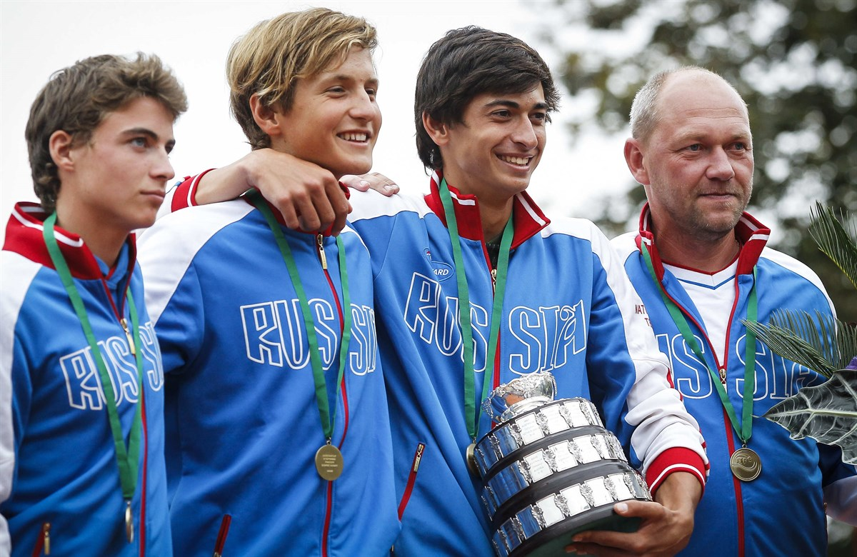 Timofey Skatov, Alexey Zakharov e Alen Avidzba garantiram o título inédito da Rússia (Foto: Srdjan Stevanovic/ITF)