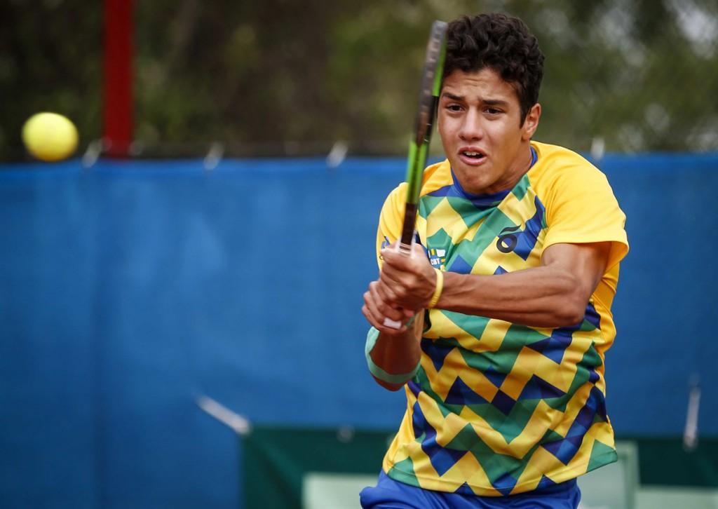 Mateus Alves treina com o ex-top 100 Thiago Alves e tenta usar de sua altura para ter um bom saque e um tênis agressivo (Foto: Srdjan Stevanovic/ITF)