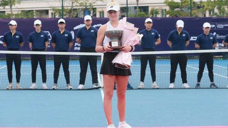 Clara Tauson já venceu 27 jogos neste início de temporada, sendo 12 como juvenil e 15 como profissional, e aparece no 408º lugar do ranking da WTA.