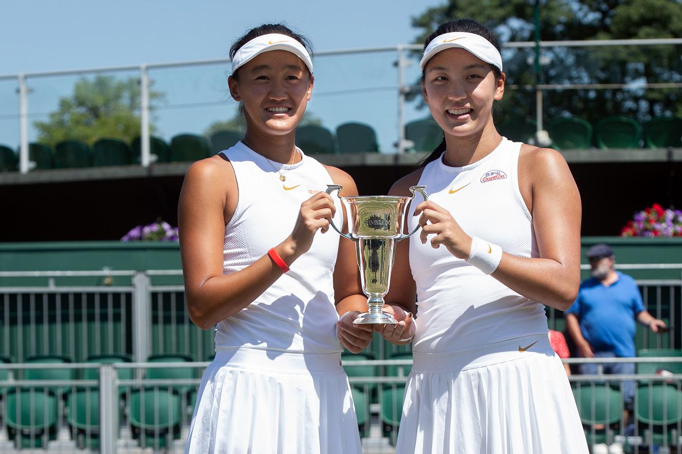 Xiyu Wang (à esquerda) e Xinyu Wang conquistaram o título juvenil de Wimbledon em 2018 e estão próximas do top 100 (AELTC/Anthony Upton)