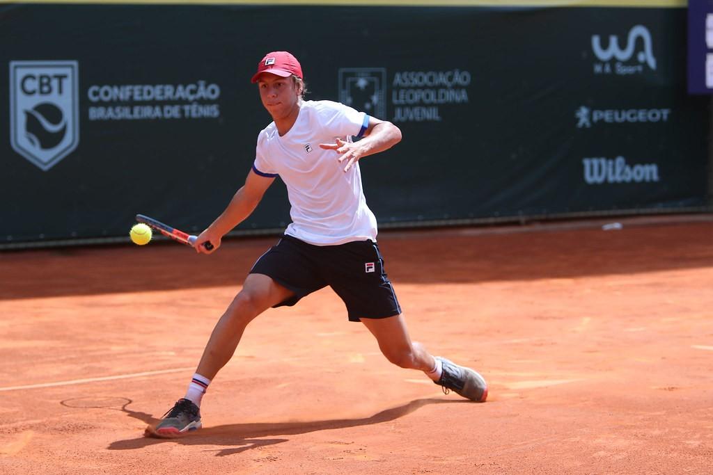 O catarinense Pedro Boscardin ainda pode jogar o circuito juvenil no ano que vem (Foto: Luiz Candido/CBT)