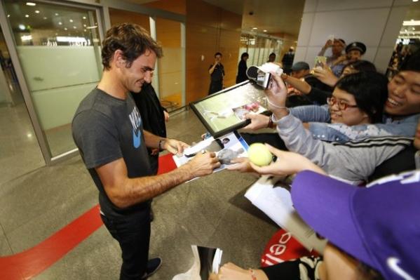 Aeroporto Xangai : Tenisbrasil federer é recebido por fãs no aeroporto de